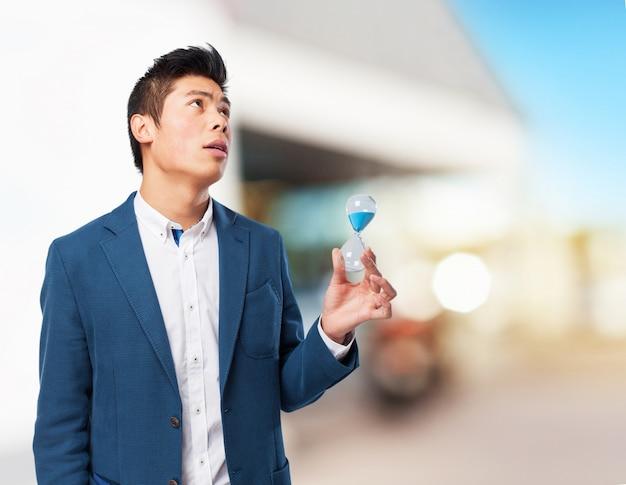 Chiński człowiek gospodarstwa piasku czasomierza