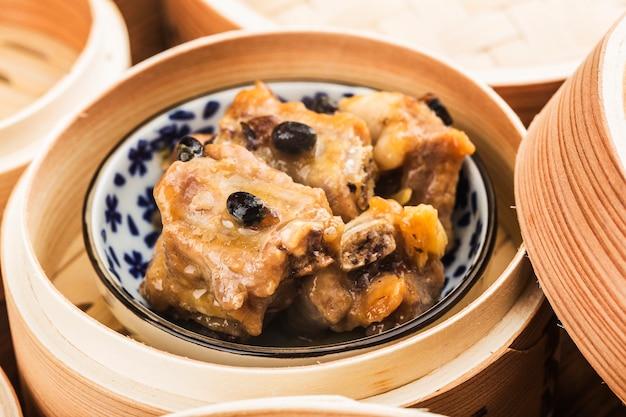 Chiński dim sum żeberka wieprzowe gotowane na parze z czarnej fasoli