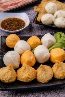 Chiński gorący garnek znany również jako zupa lub parowiec to metoda gotowania pochodząca z chin, przygotowywana z gotującego się w garnku zupy na stole