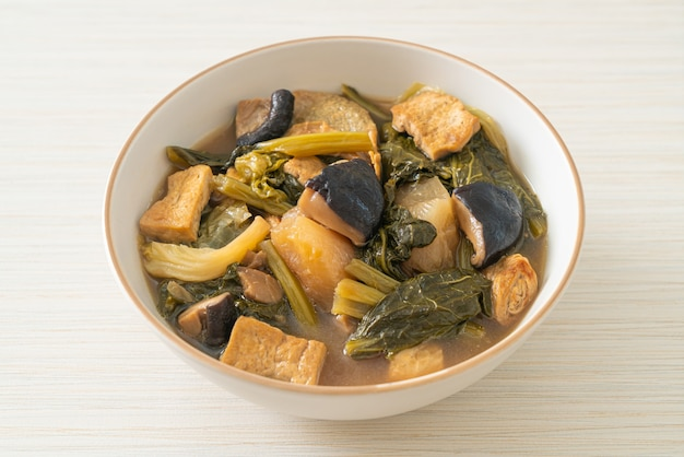 Chiński gulasz warzywny z tofu lub zupa z mieszanki warzyw - styl wegański i wegetariański