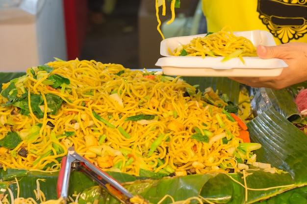 Chiński jarski festiwal w bangkok tajlandia, azja. wegetariańskie tradycyjne jedzenie ulicy.