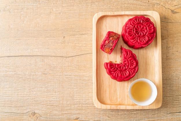 Chiński księżycowy tort truskawkowy o smaku czerwonej fasoli na płycie drewna