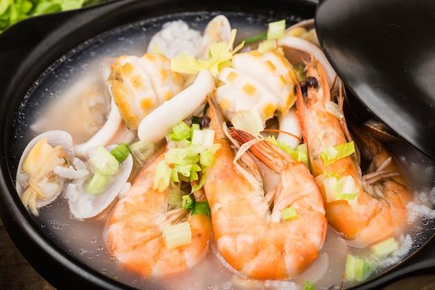 Chiński kuzyn. zapiekanka owsianka z owocami morza chaoshan. owsianka z owocami morza
