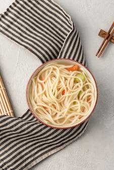 Chiński makaron lub udon z warzywami i chopstick