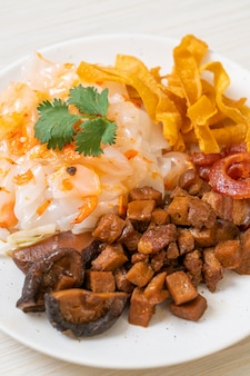 Chiński makaron ryżowy gotowany na parze z wieprzowiną i tofu w słodkim sosie sojowym, kuchnia azjatycka