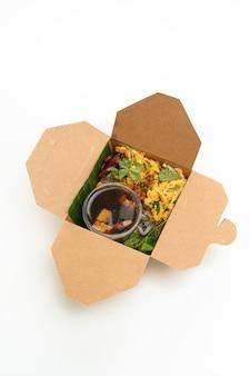 Chiński makaron ryżowy na parze w pudełku dostawy