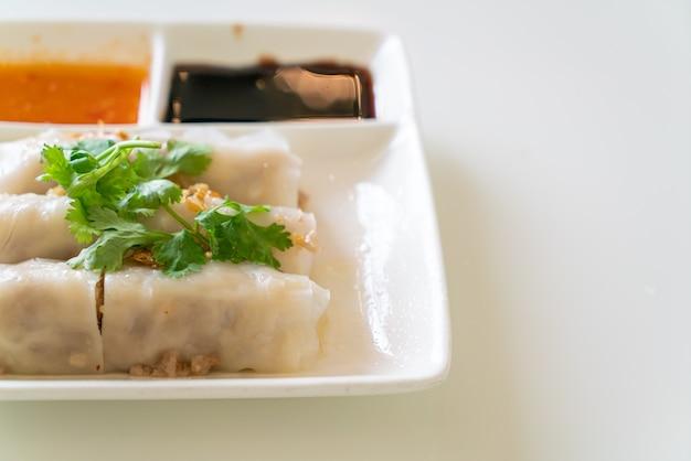 Chiński makaron ryżowy na parze z krabem. azjatycki styl żywności