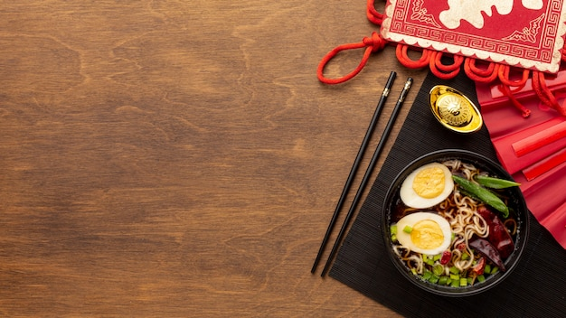 Chiński nowego roku naczynie na drewnianym tle