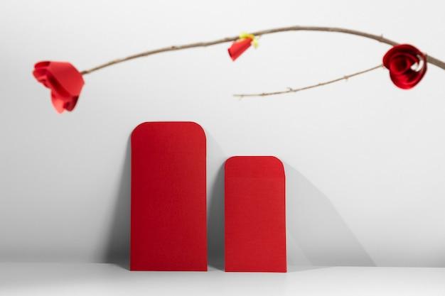 Chiński nowy rok 2021 czerwone koperty i kwiat