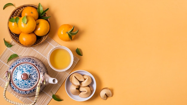 Chiński nowy rok z dzbankiem do herbaty i mandarynkami