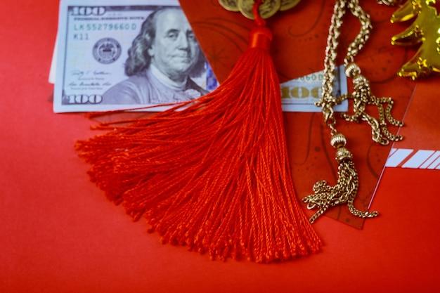 Chiński nowy rok z szczęśliwych pieniędzy kopert, dolarów amerykańskich banknoty