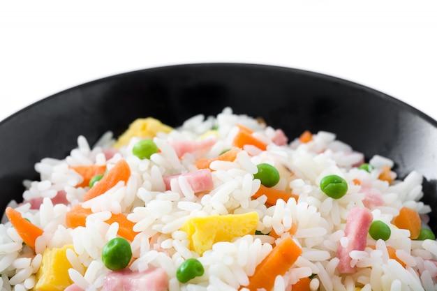 Chiński smażony ryż z warzywami i omlet w czarnym misce na białym tle