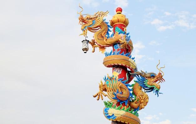 Chiński smok w niebieskim niebie