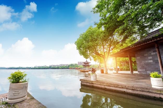 Chiński starożytny pawilon na zachodnim jeziorze w hangzhou