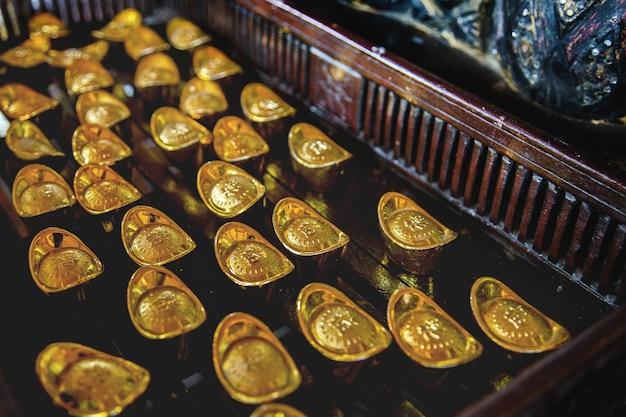 Chiński starożytny złoty kształt łodzi na płycie drewna w chińskim finansowaniu