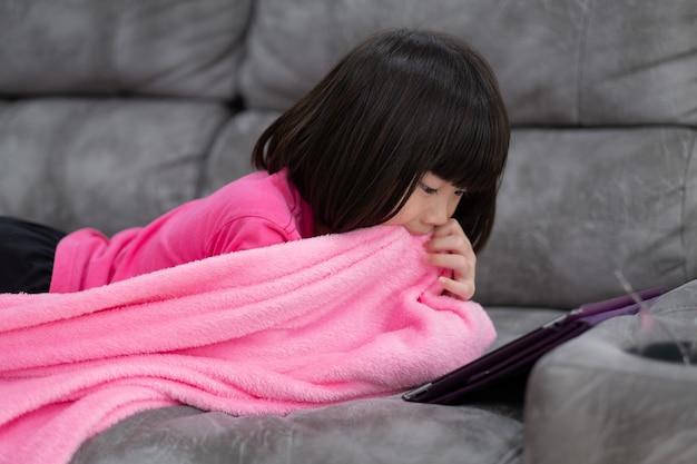 Chiński telefon uzależniony od dziecka, azjatycka dziewczyna grająca na smartfonie, dziecko oglądające kreskówkę!