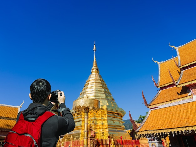 Chiński turysta obecnie fotografuje świątynię phra that doi suthep w chiang mai w tajlandii.