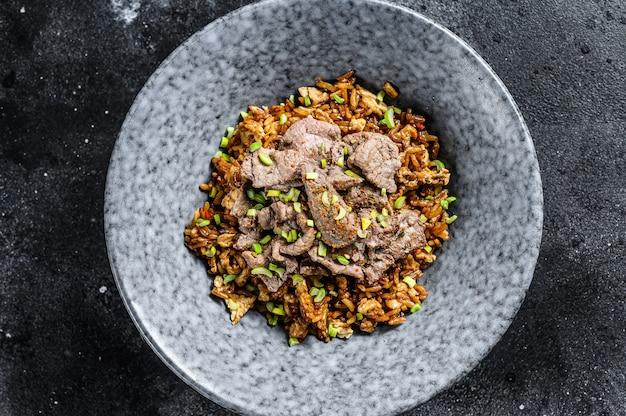 Chiński woka smażony ryż z warzywami i wołowiną