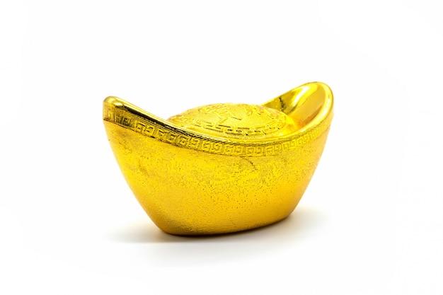 Chiński złoto sycee (yuanbao) na białym tle