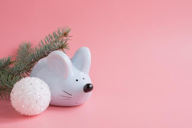 Chiński znak zodiaku rok szczura. mały szczur jako pieniądze pudełko i biała piłka, rozgałęzia się na różowym tle