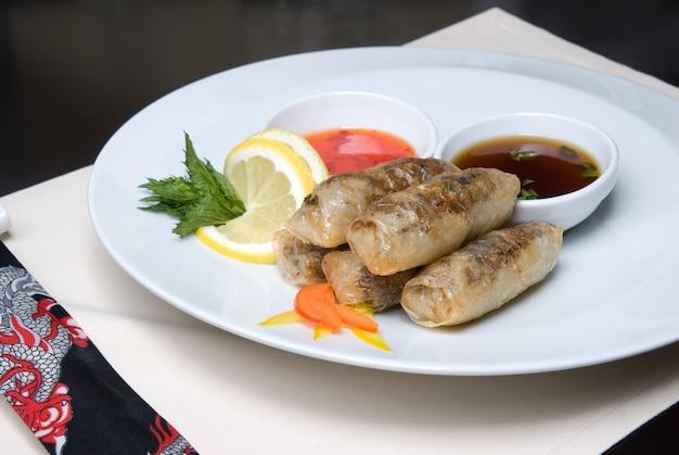 Chińskie bułeczki z mięsem na talerzu
