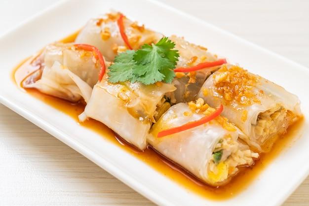 Chińskie bułki z makaronem ryżowym gotowane na parze - azjatycki styl żywności