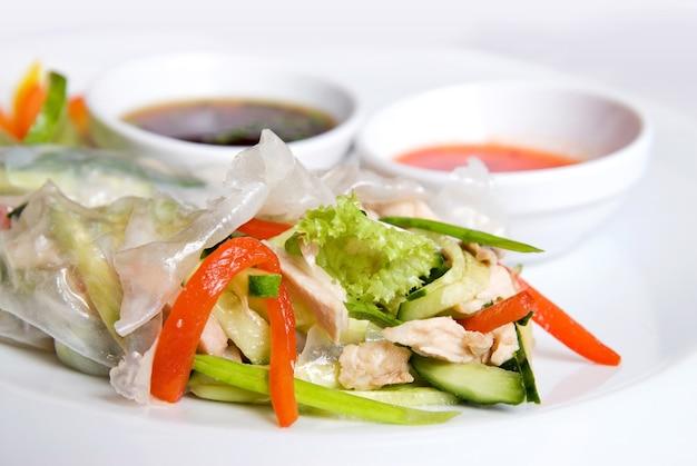 Chińskie bułki z warzywami na talerzu