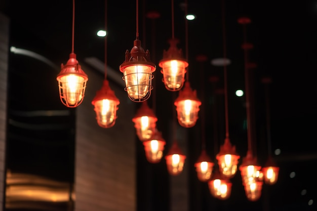 Chińskie czerwone metalowe żyrandole zwisają z sufitu luksusowego hotelu, wiele lamp. dekoracja wnętrz.