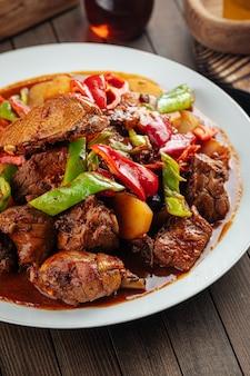Chińskie danie dapanji z gulaszem z kurczaka i ziemniakami