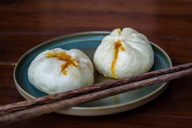 Chińskie dim sum na talerzu w restauracji w wietnamie, z bliska