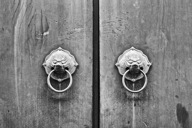 Chińskie drzwi z głową lwa lub smoka