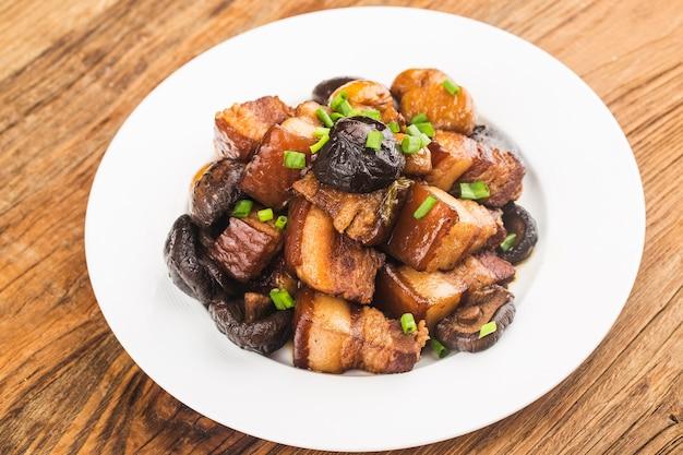 Chińskie jedzenie: duszona wieprzowina z kasztanem i grzybami