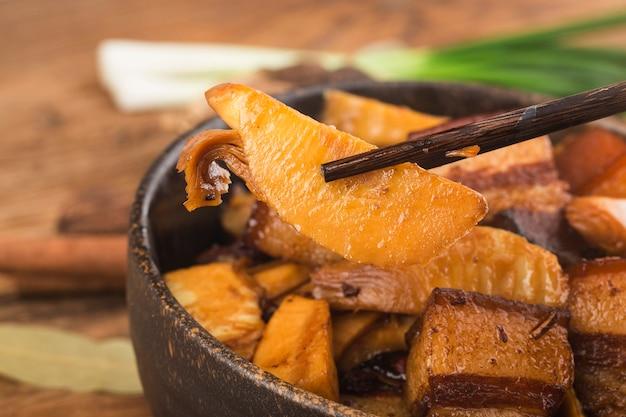 Chińskie jedzenie duszona wieprzowina z pędami bambusa