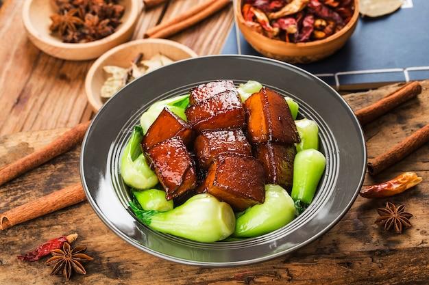 Chińskie jedzenie - duszona wieprzowina
