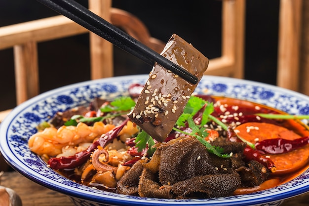 Chińskie jedzenie: krew z kaczki w sosie chili