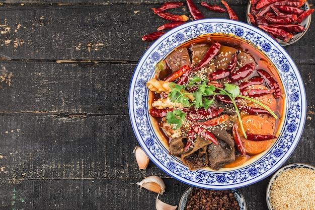 Chińskie jedzenie krew z kaczki w sosie chili