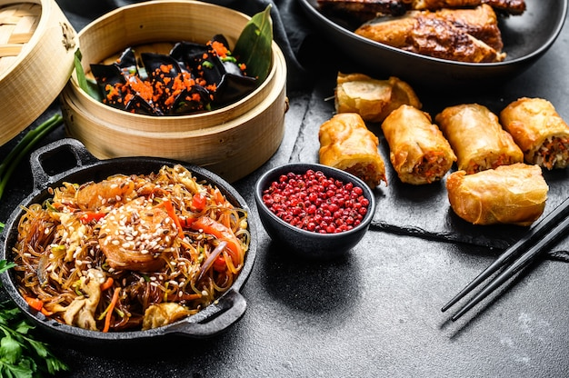 Chińskie jedzenie. makaron, pierogi, smażony kurczak, dim sum, sajgonki. zestaw kuchni chińskiej