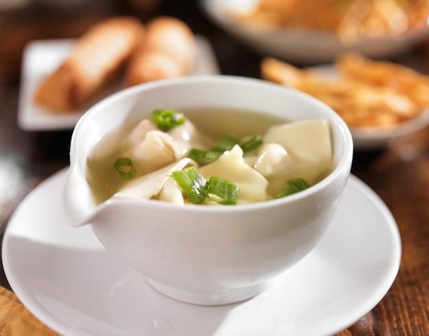 Chińskie jedzenie - miska zupy wonton