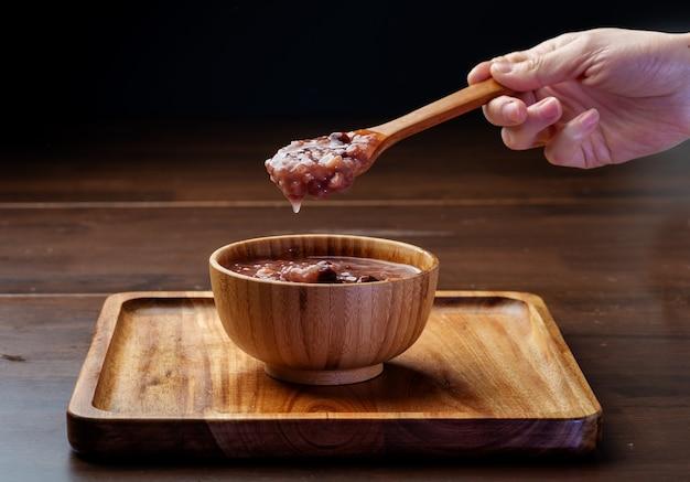 Chińskie jedzenie. na stole leży pyszna owsianka z ośmioma skarbami