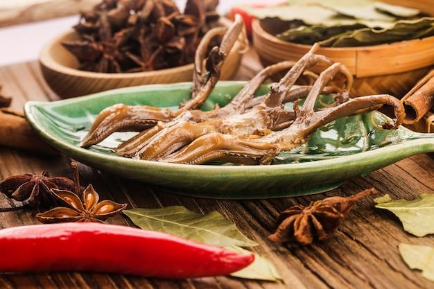 Chińskie jedzenie. pikantny język kaczki
