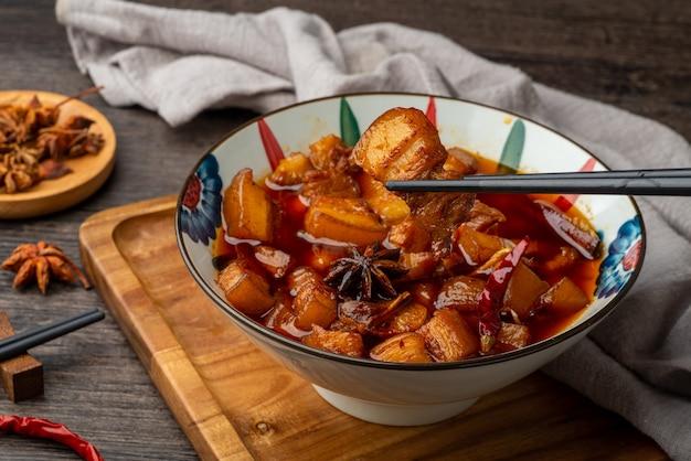 Chińskie jedzenie, pyszne duszone mięso w misce