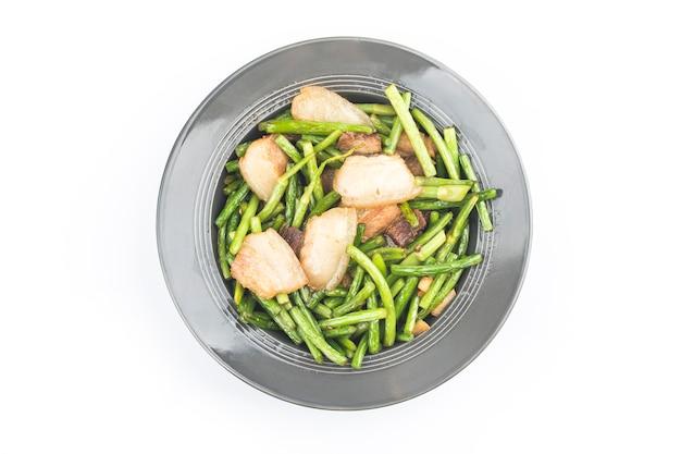 Chińskie jedzenie : smażony czosnek pędy z wieprzowiną.