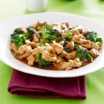 Chińskie jedzenie - smażony kurczak i brokuły