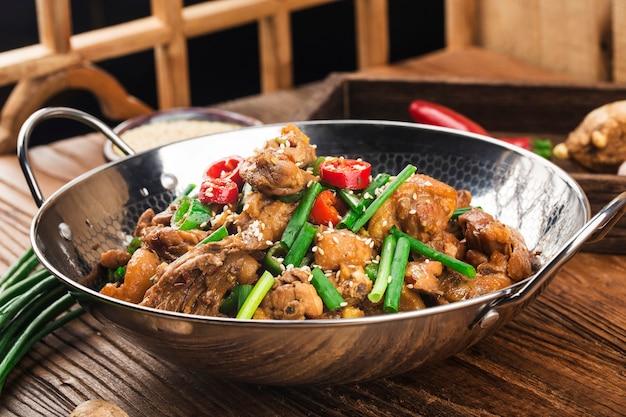 Chińskie jedzenie suchy garnek kurczaka