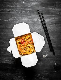 Chińskie jedzenie. tradycyjny makaron pszenny z warzywami i owocami morza.