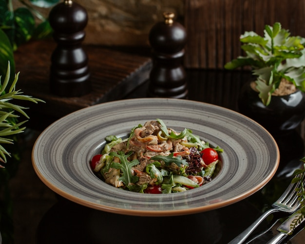 Chińskie jedzenie uliczne, makaron z roką, zioła i wiśnie