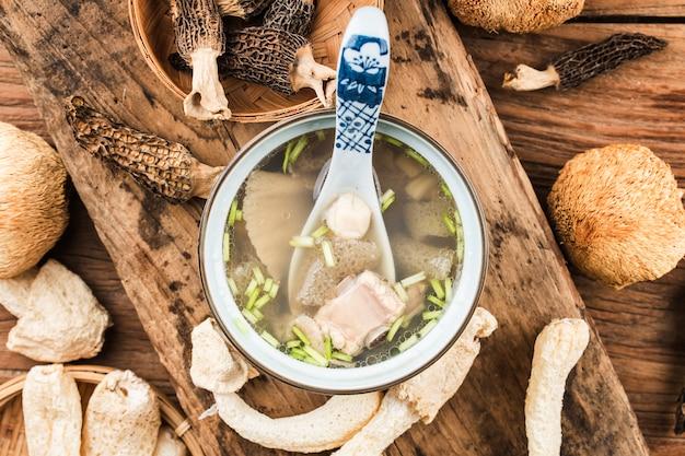 Chińskie jedzenie w zupie chine z przegrzebkiem i bambusowym grzybem