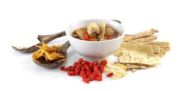 Chińskie jedzenie - wieprzowina rozdrabnia czystą zupę z chińskimi ziołami