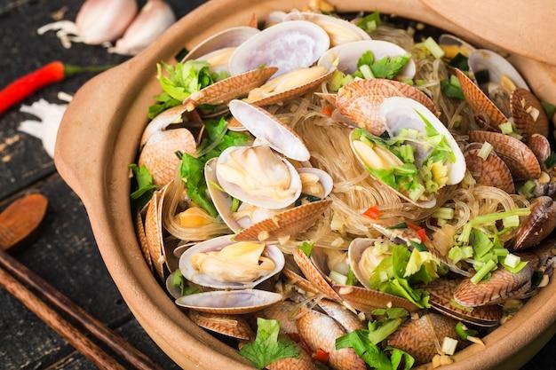 Chińskie jedzenie: zapiekanka z małżami i wermiszelem