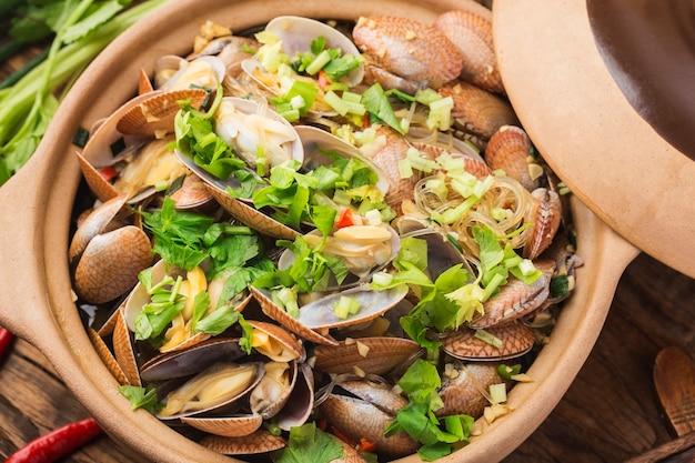 Chińskie jedzenie: zapiekanka z małży i makaronu